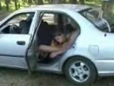 Salope sodomisée dans une voiture