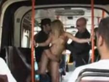 Blonde nue dans le bus